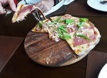 Pizza z uwędzonym łososia, sera i rakiety warzywem fotografia stock