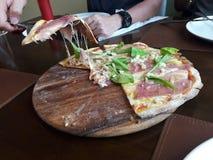 Pizza z uwędzonym łososia, sera i rakiety warzywem zdjęcia stock
