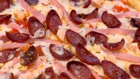 Pizza z uw?dzon? kie?bas?, baleronem i serem, blisko lily farbuje mi?kki na widok wody zbiory
