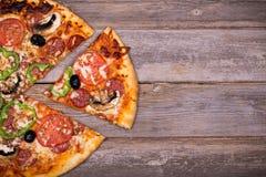 Pizza z warzywami i pepperoni obrazy stock