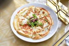 Pizza, Zdrowa cienka crispy pizzy niecka, Meksykański Quesadilla opakunek z łososiowym i kremowym serem obrazy royalty free
