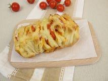Pizza-Zug-Auseinander-Brot mit Tomaten und Käse lizenzfreie stockfotografie