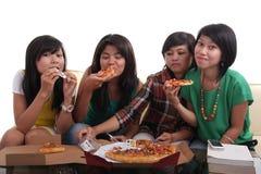 Pizza zusammen essen lizenzfreies stockbild