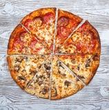 Pizza zwei in einer, vegetarischer Pilz und Fleisch stockfoto