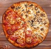 Pizza zwei in einer, vegetarischer Pilz und Fleisch lizenzfreie stockbilder