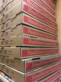 Pizzaaskar staplade högt i en italiensk leverans för mat för restaurangbruntkartong tar ut royaltyfri foto