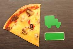Pizzaautolieferung zum Haus, hölzerner Hintergrund. Lizenzfreie Stockfotos
