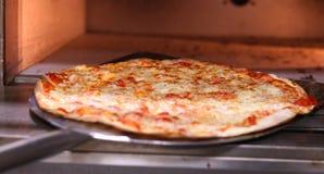 Pizzabacken in einem Ofen stockfoto