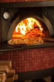Pizzabakning royaltyfri fotografi