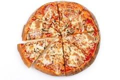 Pizzabbq met bacon, kip en kaas op een witte achtergrond Gehele pizza met 1 gescheiden stuk isoleer Mening vanaf de bovenkant royalty-vrije stock foto's