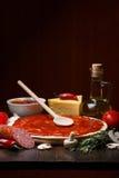 Pizzabestandteile auf Tabelle Stockfotografie