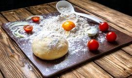 Pizzaboll på en granittjock skiva arkivfoto