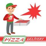 Pizzabote in der Uniform, die mit Kasten in seinen Händen steht Lizenzfreie Stockfotos