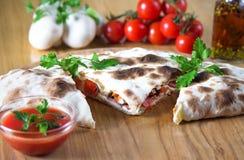 Pizzacalzone med slut upp Arkivbilder