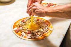 Pizzachef bei der Arbeit Stockbilder