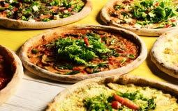 Pizzacirkels met vlees, groene uien, tomaten en salade royalty-vrije stock foto