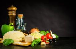Pizzadeg med ingredienser och kopieringsutrymme royaltyfri bild
