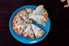 Pizzahem som göras i maträtt på trätabellen arkivfoto