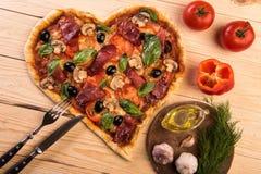 Pizzaherzliebe Valentinsgruß ` s Tagesromantisches italienisches Restaurant-Abendessenlebensmittel Prosciutto, Oliven, Tomaten, P stockbild