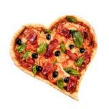 Pizzaherzliebe Valentinsgruß ` s Tagesromantisches italienisches Restaurant-Abendessenlebensmittel Prosciutto, Oliven, Tomaten, P lizenzfreies stockbild