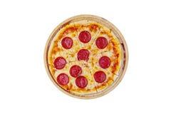 Pizzai clássico dos pepperoni em um suporte de madeira isolado em um fundo branco Vista superior Foto de Stock