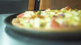 Pizzaillo che prende pizza cucinata sulla pala della cucina dal forno caldo in pizzeria Pizza italiana appetitosa con la crosta c video d archivio