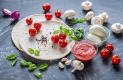 Pizzaingrediënten op de donkere houten achtergrond Royalty-vrije Stock Foto