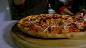 Pizzaiolo, das Oregano auf Pizza besprüht stock video footage