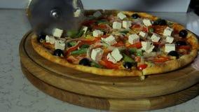 Pizzaiolo, das Pizza schneidet stock video footage