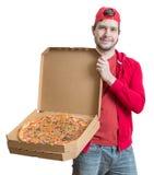Pizzaleveransbegrepp Den unga mannen rymmer askar med pizza Royaltyfri Bild