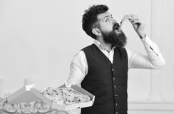Pizzaleveransbegrepp Mannen med levererade skägg- och mustaschhåll boxas med smaklig ny varm pizza Royaltyfria Bilder