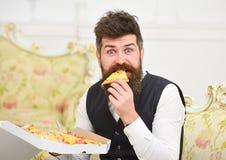 Pizzaleveransbegrepp Mannen med levererade skägg- och mustaschhåll boxas med smaklig ny varm pizza Macho i klassiker Arkivfoton