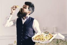 Pizzaleveransbegrepp Mannen med levererade skägg- och mustaschhåll boxas med smaklig ny varm pizza Macho i klassiker Royaltyfri Bild