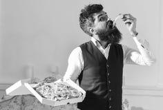 Pizzaleveransbegrepp Mannen med levererade skägg- och mustaschhåll boxas med smaklig ny varm pizza Macho i klassiker Arkivbilder