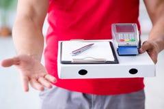 Pizzaleveransen som betalas med pos. och kreditkorten Arkivfoton