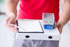 Pizzaleveransen som betalas med pos. och kreditkorten Arkivbild