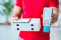 Pizzaleveransen som betalas med pos. och kreditkorten Royaltyfria Bilder
