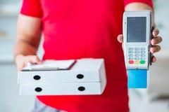 Pizzaleveransen som betalas med pos. och kreditkorten Royaltyfri Fotografi