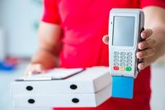 Pizzaleveransen som betalas med pos. och kreditkorten Royaltyfri Bild