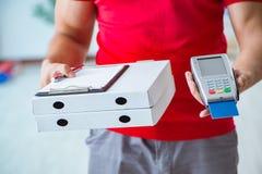 Pizzaleveransen som betalas med pos. och kreditkorten Arkivfoto