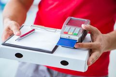 Pizzaleveransen som betalas med pos. och kreditkorten Royaltyfria Foton