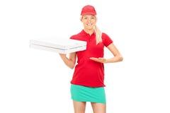 Pizzaleveransflicka som rymmer två askar Royaltyfri Fotografi