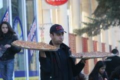 """Pizzaleveransmannen kommer med pizza på händer i gatan av Pernik, Bulgarien†""""januari 26, 2008 Fotografering för Bildbyråer"""