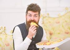 Pizzalieferungskonzept Mann mit Bart- und Schnurrbartgriffen lieferte Kasten mit geschmackvoller frischer heißer Pizza Macho im K lizenzfreie stockfotos