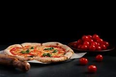 Pizzamargarita p? en m?rk bakgrund Vegetariskt pizzabegrepp royaltyfri fotografi