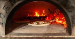 Pizzamargherita in een houten oven stock foto's