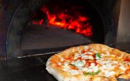Pizzamargherita in een houten oven royalty-vrije stock fotografie