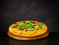 Pizzamargherita med basilika royaltyfria foton