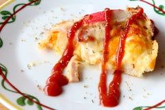 Pizzameeresfrüchte mit Tomatensauce auf die Oberseite Lizenzfreie Stockfotos