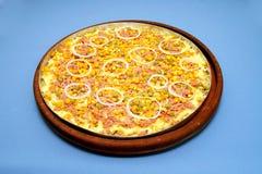Pizzamozarella med ervilhaen, havre, lökcirklar Royaltyfria Foton